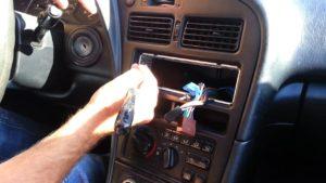 Démontez l'autoradio de la console centrale de votre véhicule